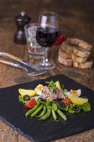 Salat Nicoise auf Holzhintergrund