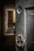 Vecchia porta aperta