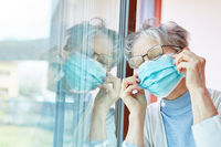 Seniorin als Covid-19 Patient in häuslicher Quarantäne