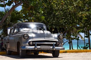 Amerikanischer silber Oldtimer am Strand in Varadero Kuba