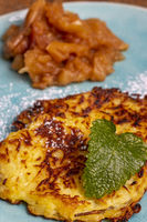 bayerische süße Kartoffelpuffer auf einem Teller