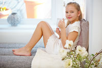 Mädchen mit Tasse Tee im Wohnzimmer