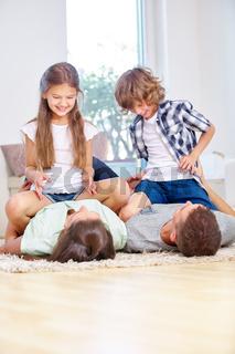 Kinder spielen und toben mit Eltern