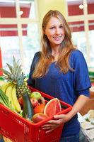 Frau mit Einkaufskorb im Supermarkt