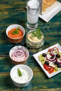 griechische Vorspeise auf grünem Holz