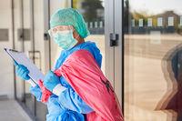 Reinigungskraft bei Kontrolle der Entsorgung von Sondermüll in Klinik