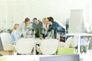 Team bei Zusammenarbeit im Büro
