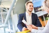 Service Agent am Check-In Schalter im Flughafen