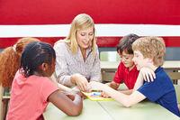 Kinder lernen mit Lehrer bei Nachhilfe