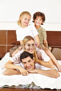 Familie hat Spaß auf Bett