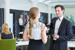 Geschäftsleute reden in Pause miteinander