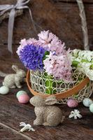 Froehliche Dekoration und Blumen