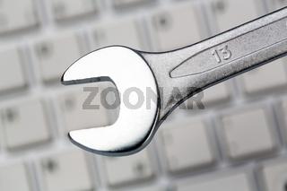 Werkzeug auf Computer Tastatur