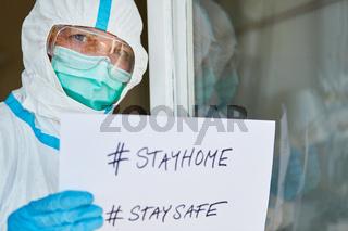 #stayhome #staysafe Aushang an Tür einer Klinik