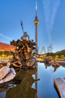 Der Fernsehturm und der Neptunbrunnen auf dem Alexanderplatz