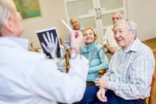 Ärztin macht Gesundheit Aufklärung bei Senioren im Pflegeheim