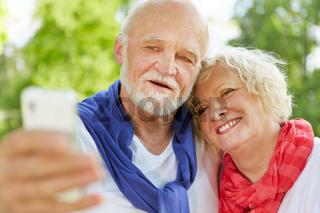 Paar Senioren macht Selfie Selbstportrait