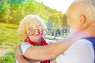 Glückliche Senioren tanzen im Sommer