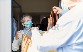 Lebensmittel einkaufen für Senioren in Quarantäne