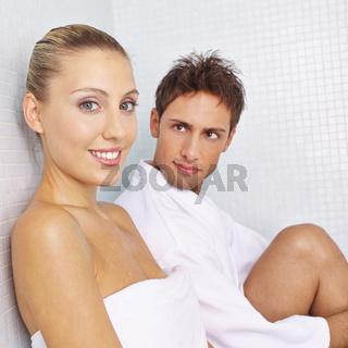 Paar ruht sich im Ruheraum aus