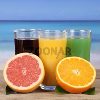 Saft aus Orangen, Kiwi und Grapefruit am Meer