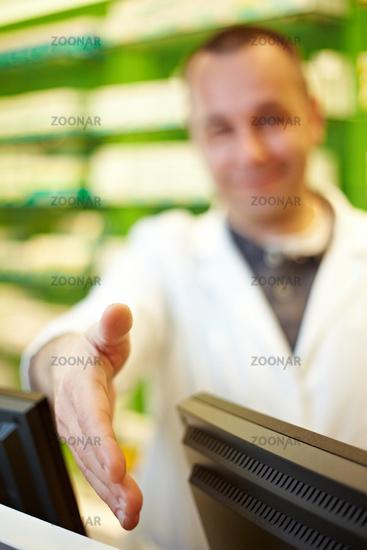 Apotheker reicht seine Hand