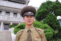 Panmunjom, Nordkorea, Portrait eines nordkoreanischen Armee-Offiziers an der Grenze zu Suedkorea innerhalb der DMZ