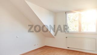 Dachschräge in leerem Raum in Dachgeschosswohnung