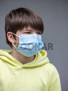 Junge mit Mundschutzmaske
