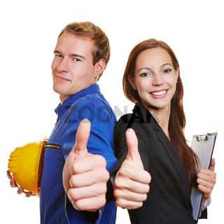 Handwerker und Geschäftsfrau halten Daumen hoch