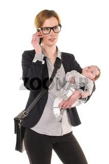 Geschäftsfrau mit Baby telefoniert