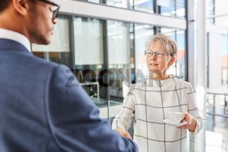 Ältere Geschäftsfrau beim handshake mit Geschäftspartner