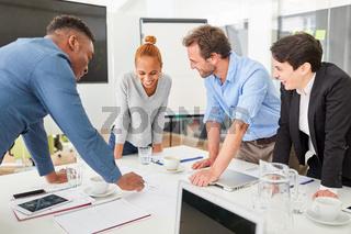 Erfolgreiches Start-Up Team bei einer Besprechung