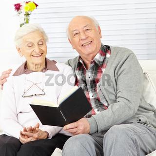 Mann liest Seniorin Buch vor