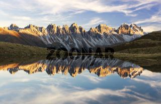 Tiroler Dolomiten spiegeln sich im Bergsee