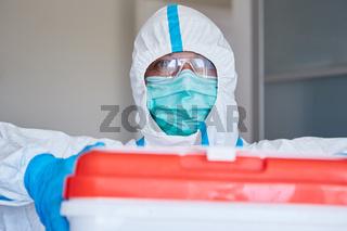 Klinikpersonal in Schutzkleidung mit Organspende Transport für Operation
