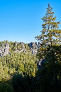 Blick auf die Felsen des Elbsandsteingebirges bei Rathen