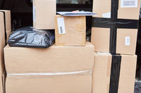 Pakete liegen bereit zur Zustellung in Laderaum