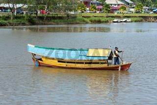Mit dem Sampan über den Sarawak-Fluss in Kuching