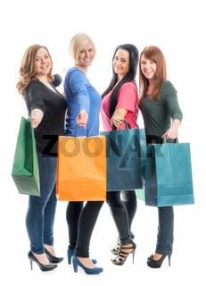 vier mädchen im kaufrausch