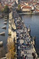 Touristen auf der Karlsbrücke, Prag