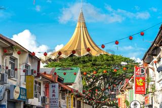 Blick von der Chinatown Kuching auf das Gebäudes der Gesetzgebenden Versammlung Sarawaks