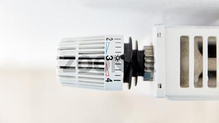 Thermostat an Heizung auf Zahl Drei von oben
