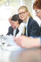 Geschäftsfrau sitzt in Meeting im Büro