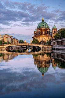 Der Berliner Dom nach Sonnenuntergang