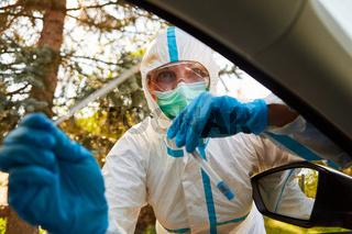 Containment Scout vom Gesundheitsamt hält Coronavirus Schnelltest in Teststation