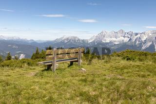 Sitzbank vor dem Dachsteinmassiv in der Steiermark, Österreich, Europa
