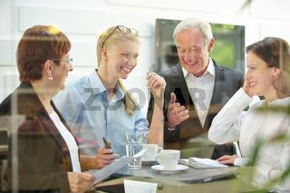 Business Team bei Planung am Tisch