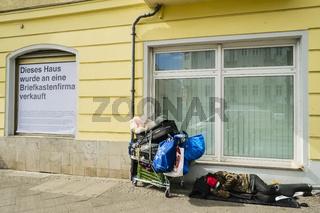 Obdachloser mit Einkaufswagen, Berlin, Deutschland