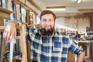 Selbstbewusster Hipster Handwerker in Tischlerei